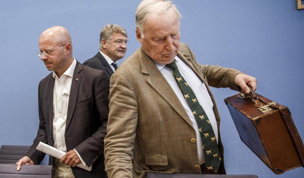 Da hast Du Recht. Esel #Gauland als Ehrenvorsitzender in diesen Niederungen? #AfD-Bauerntheater!  Es gab viele pol. Schmutzkämpfe in der BRD: Barzel, Beck, Schmidt, Beckstein ...  Der Tweet gefällt mir auch, weil wir viel mehr auf Richard-Wagner-Vokabeln zur #AfD setzen sollten.pic.twitter.com/28xW7UG6pu