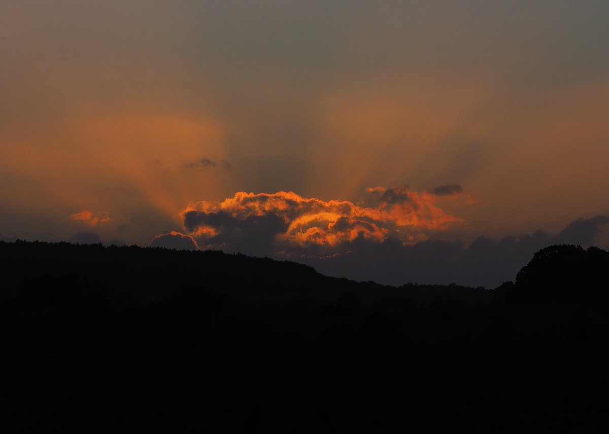 Managed to watch the sunset this evening, it put on a lovely show  #sunset #sunsetphotography pic.twitter.com/ERf7VI3aCV