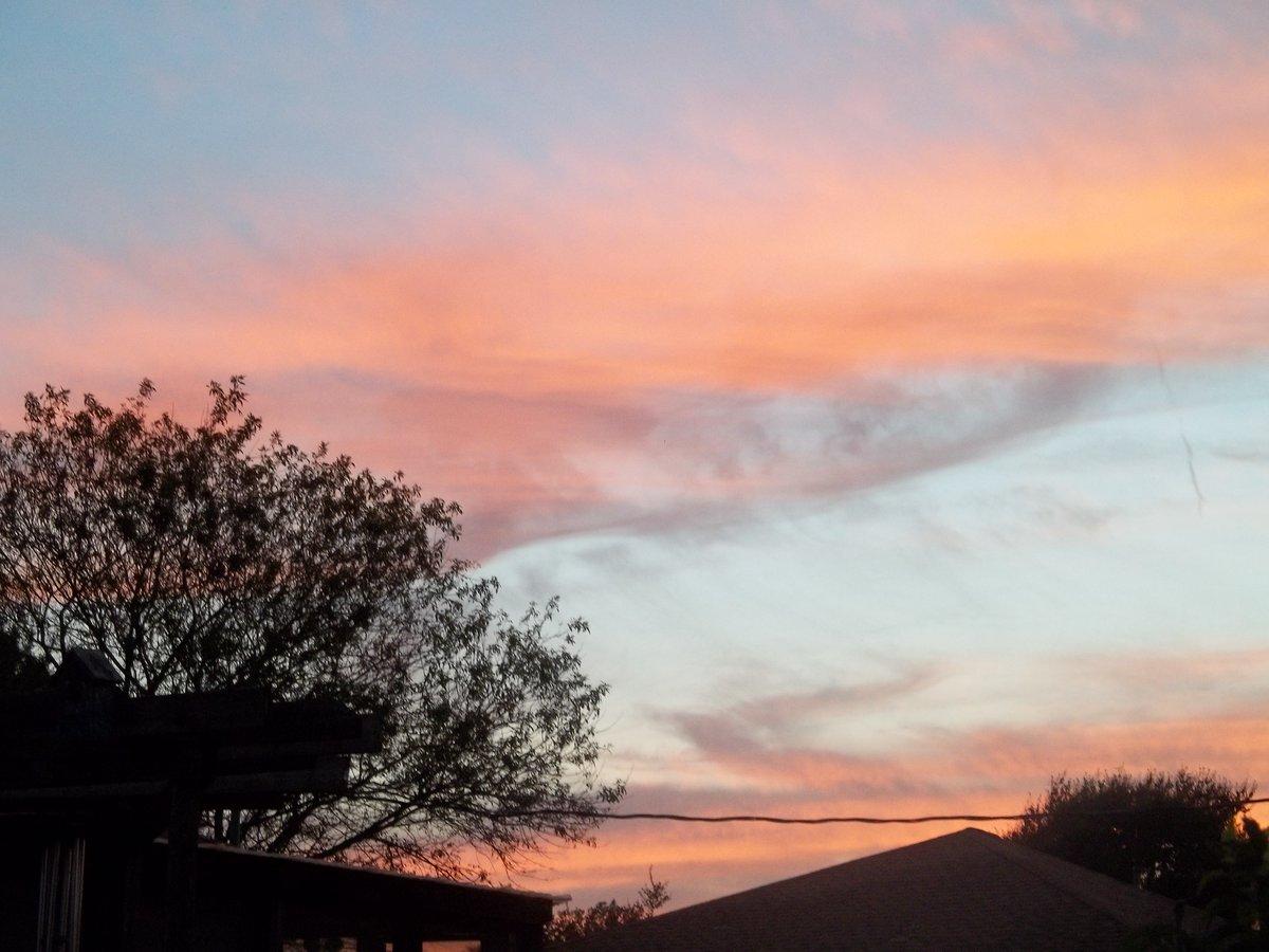Sunset in Texas. #sunsetlover #clouds #treespic.twitter.com/lfcSFf7iRh
