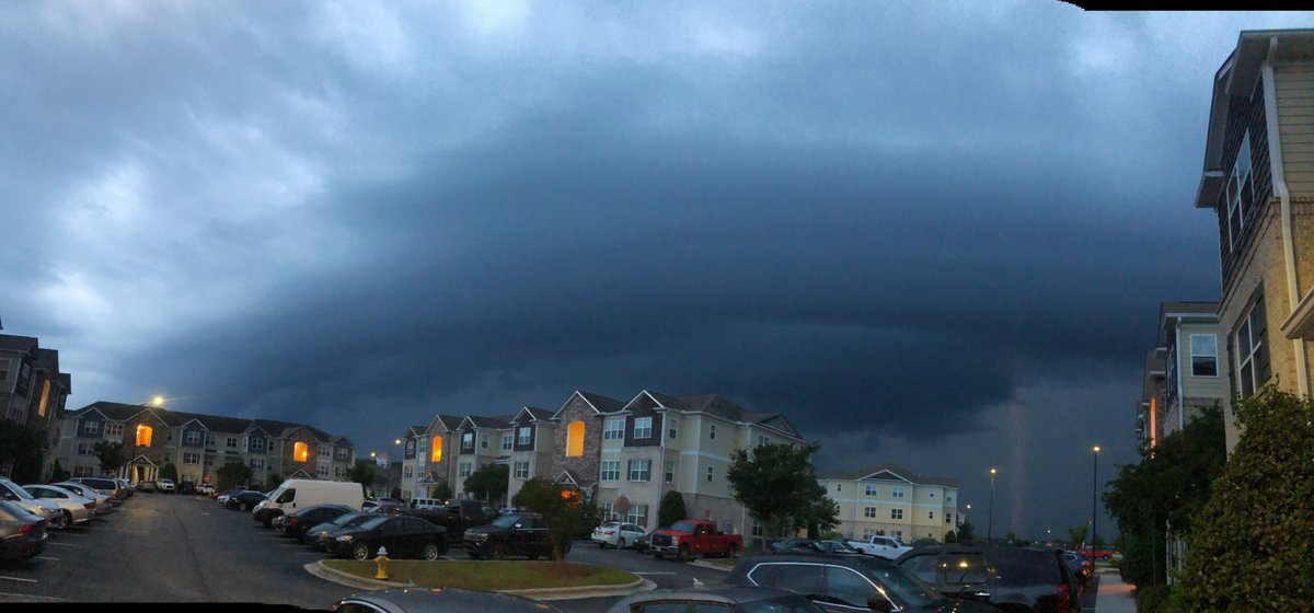 Beautiful shelf cloud ahead of the severe warned storms headed towards Jacksonville. Caught a lightning strike during the picture too  : intersection of western Blvd and gum branch rd #ncwx #jacksonvillenc @NWSMoreheadCity<br>http://pic.twitter.com/hS91YxQlos