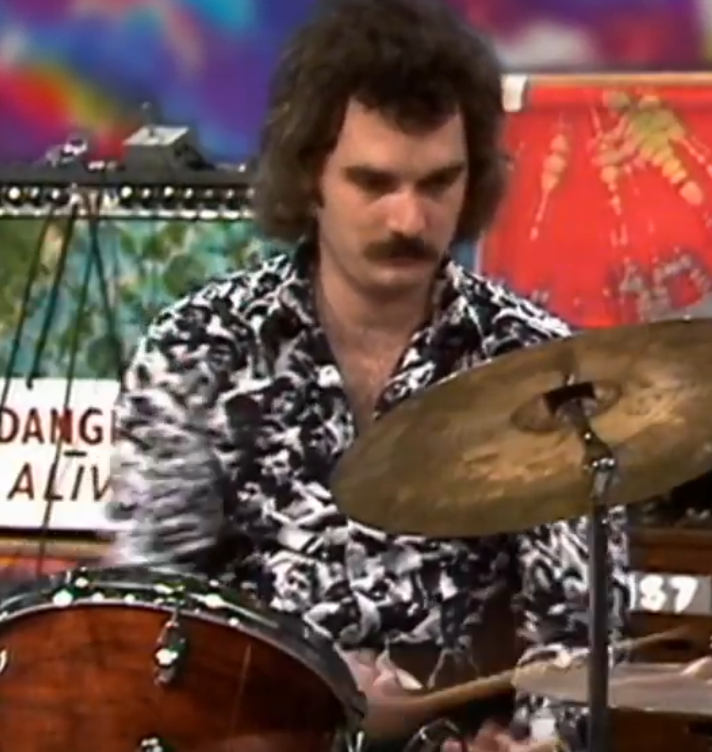 don't think i'd ever noticed bill the drummer's absolutely stylin' shirt covered in a black & white psychedelic crowd collage. #shakedownstream <br>http://pic.twitter.com/PJag65NzBJ