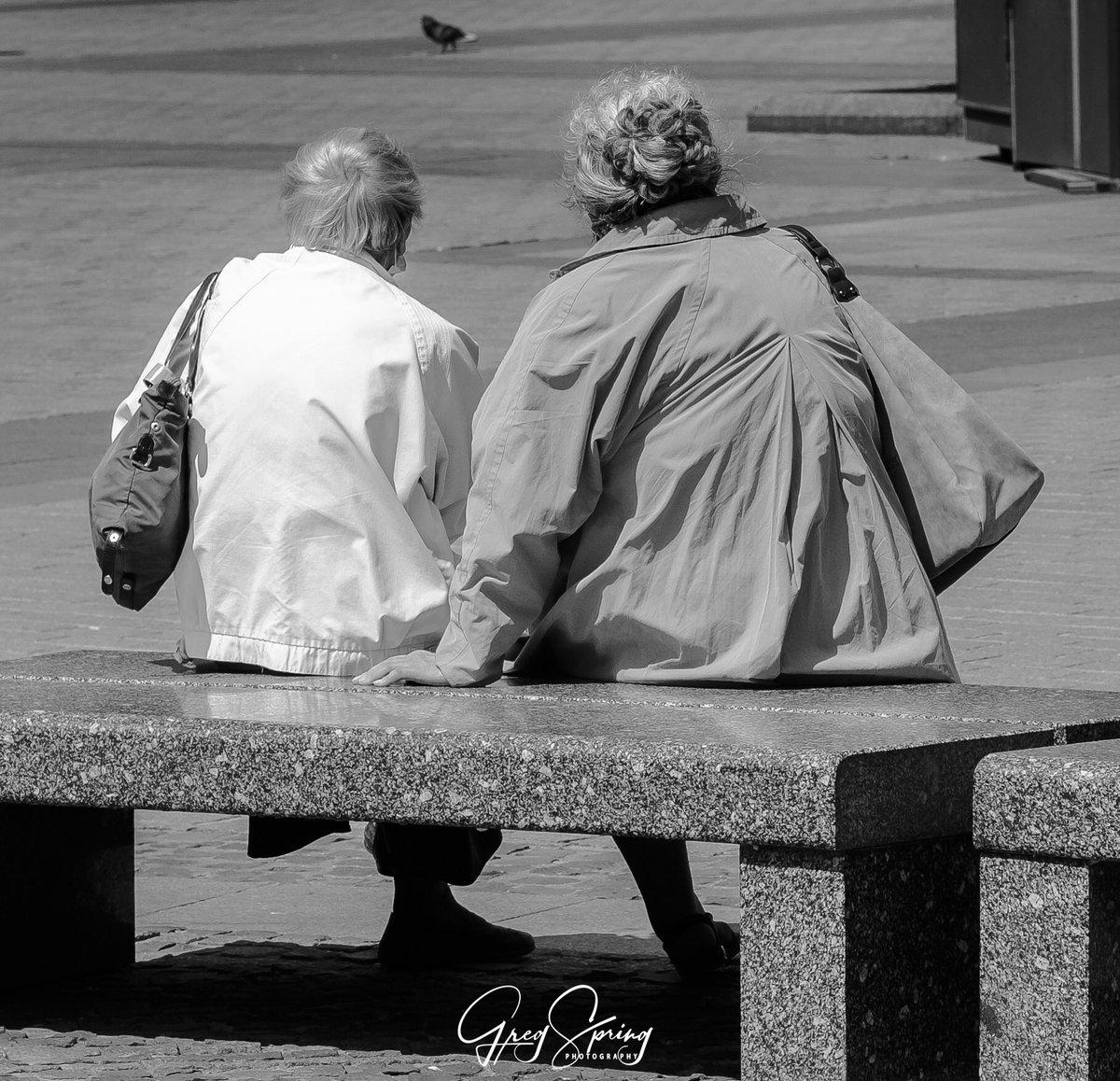 Friends #streetphotography #blackandwhitephoto #bnw #bnw_captures #bnwphotography #streets #streetshot #capturestreets #streetlife #blackandwhitephotography #urbanphotography #urbanphotopic.twitter.com/5r2FFBYdMr