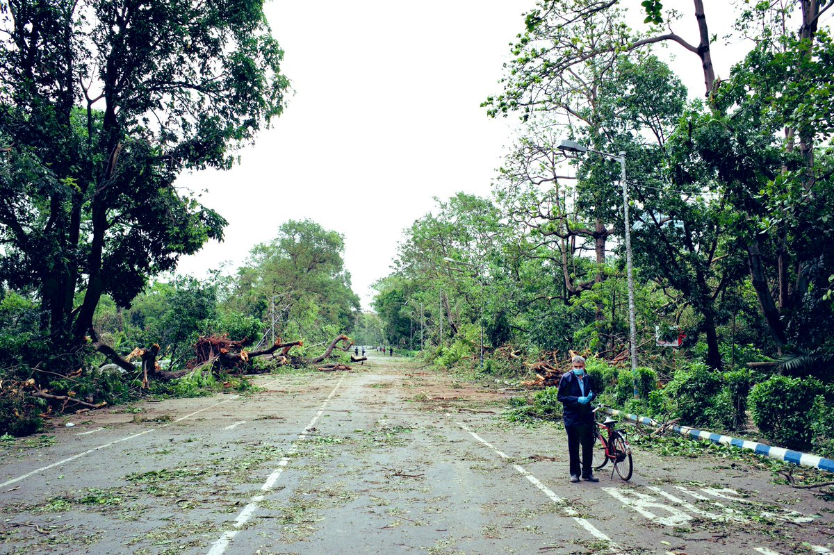 Another glimpse of the irreparable damage by #CycloneAmphan Can you even imagine which road is this!? #Kolkata