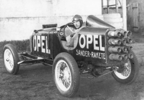 92 years ago today - 23 May 1928 -  Fritz von #Opel drove the rocket-car Opel Rak 2, equipped with 24 Brander powder rockets, to 143 mph (220 km/h) at the #Avus Track, near #Berlin before 2,000 invited spectators → http://bit.ly/2qindSUpic.twitter.com/yQP6B1YvR2