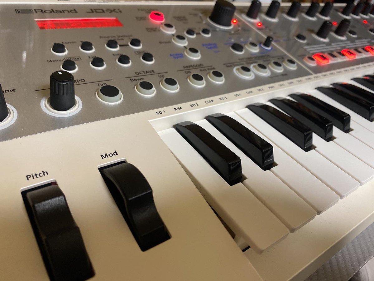 どちらもよく使っていますが、D-05は当時の音色カードも網羅していて、最高の機種ですね。Rolandさん、太っ腹過ぎ✨✨  #Roland #MyRoland #jdxi #D05 #K25m #synthesizer https://t.co/Mx1PahAqeR
