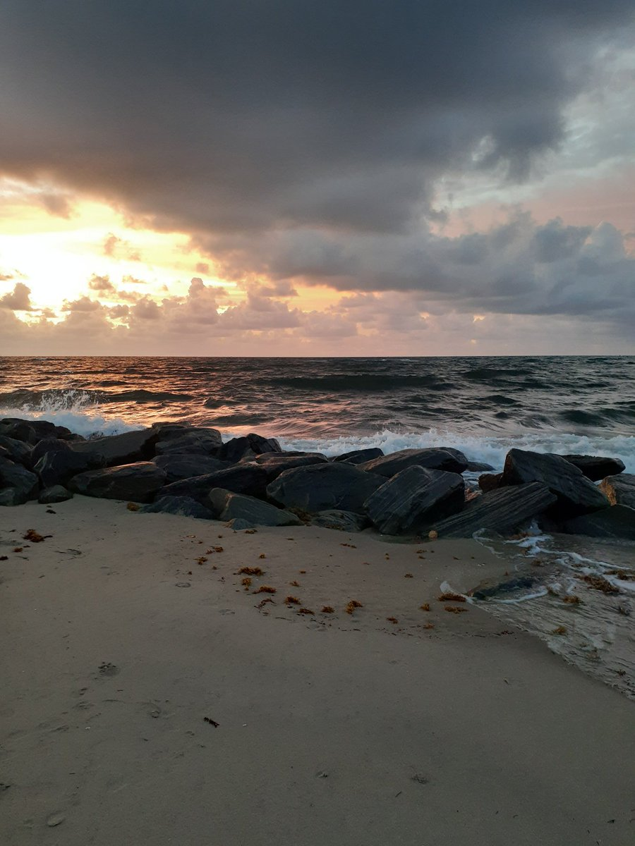 """"""" #Relax your mind. #Renew your thoughts. #Refresh your spirit. #Reconnect to yourself."""" #MemorialDayWeekend  #sunrise #peacefulness #serenity #beachvibes #happiness @ShareALittleSun #beach #meditation #innerpeacepic.twitter.com/i5ssFSBu6M"""