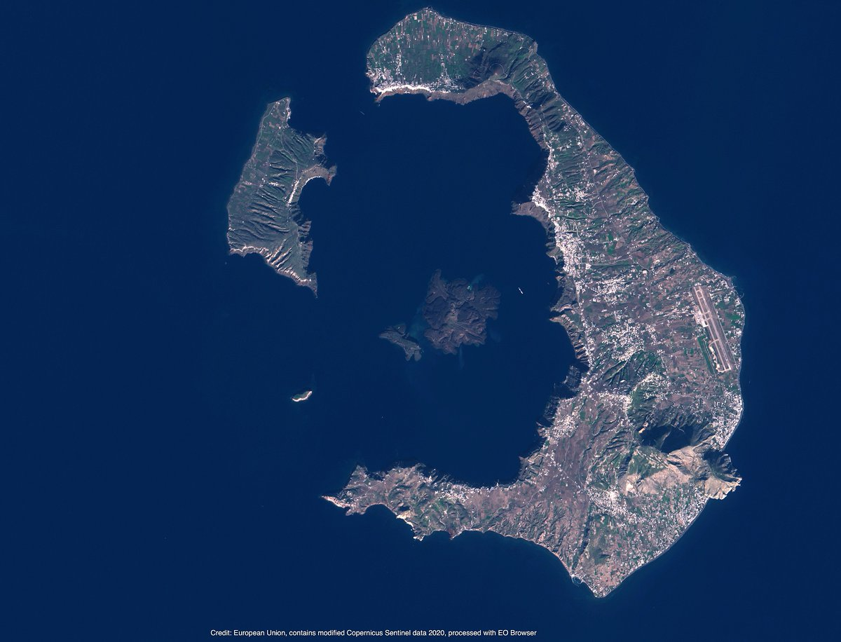 Allow #Sentinel2 to take you over Thíra, also known as #Santorini!  The archipelago is a famous spot for tourists, but did you know that it was the site of one of the largest recorded volcanic eruptions? Luckily, nowadays we can monitor such eruptions thanks to #Copernicus.pic.twitter.com/zInQzT23Aq