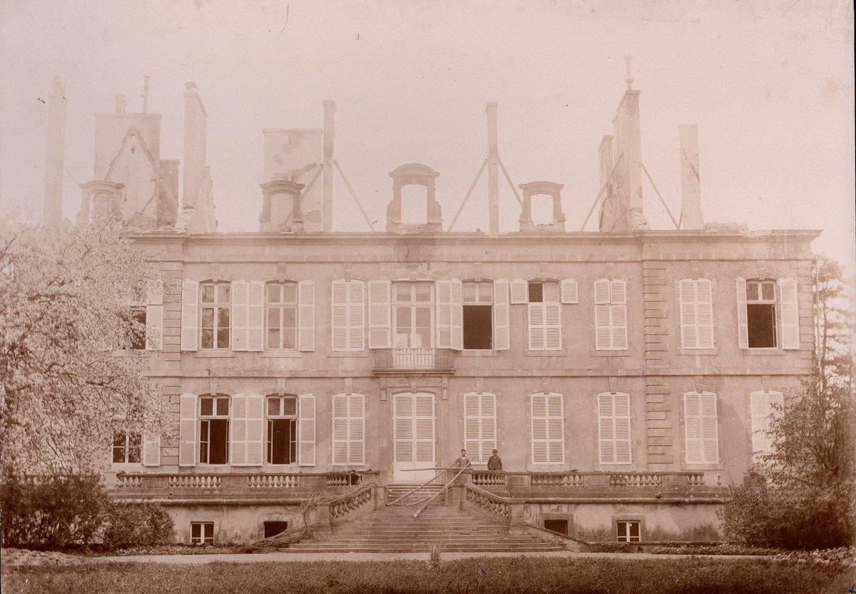 Le #chateaudelagrange, en reconstruction après son incendie de 1892! #ancient #oldphotography #architecture #castlephotography #castle #chateau #reconstruction #incendiepic.twitter.com/8J7ExSzkQg – at Château de la Grange