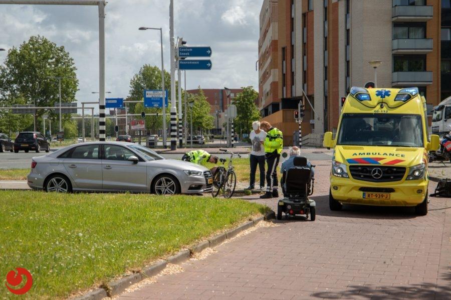 Fietser gewond door aanrijding met auto - LEEUWARDEN – Een fietser kwam zaterdagmiddag op de Julianalaan in botsing met een auto en raakte daarbij gewond. Het ongeval... -..