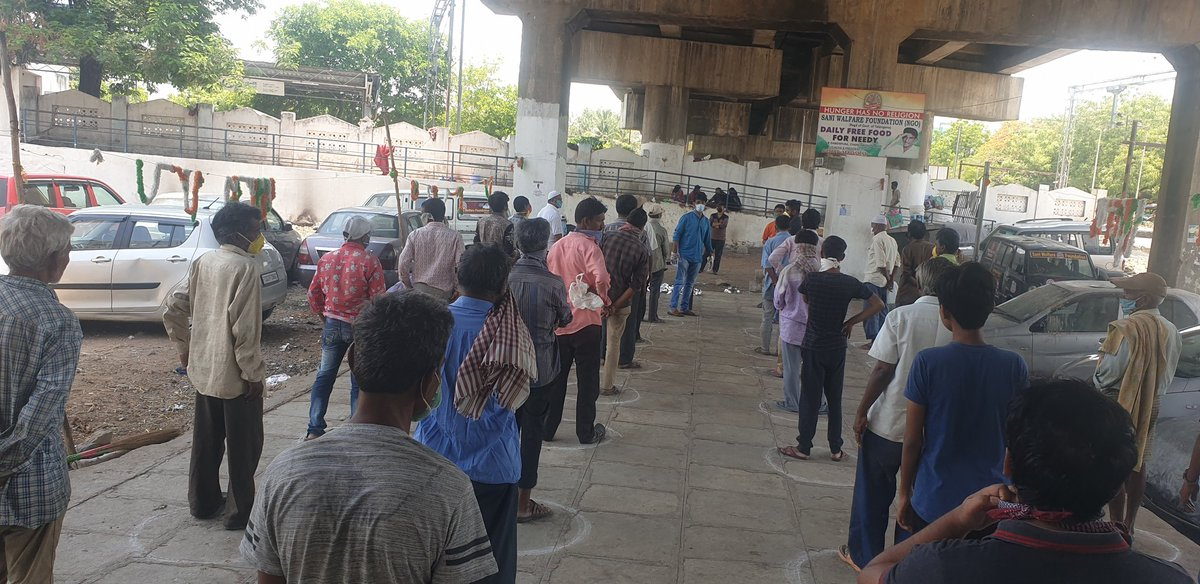 #hungerHasNoReligion :)  #PleaseStayAtHome   Today is 2963  day of our programme #Hunger_Has_No_Religion   (Daily free food for poor and homeless people) under the dabeerpura  flyover bridge  chanchalguda , Hyderabad telangana :)pic.twitter.com/zjtHdyqgSc