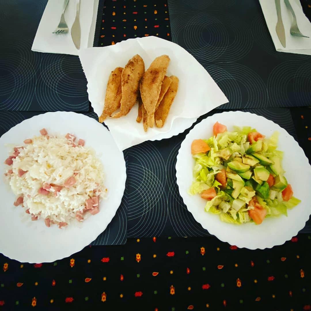 Hoy en nuestro almuerzo de sábado: acedías fritas con ensalada de tomate, aguacate y lechuga, y arroz frito con cebolla y pavo   #felizsabado #encasa #pescaitofrito #singluten #glutenfree #glutenfrei #sansgluten #semgluten #senzaglutine #nogluten #foodie #OrgulloCeliacopic.twitter.com/9783K9jPiv