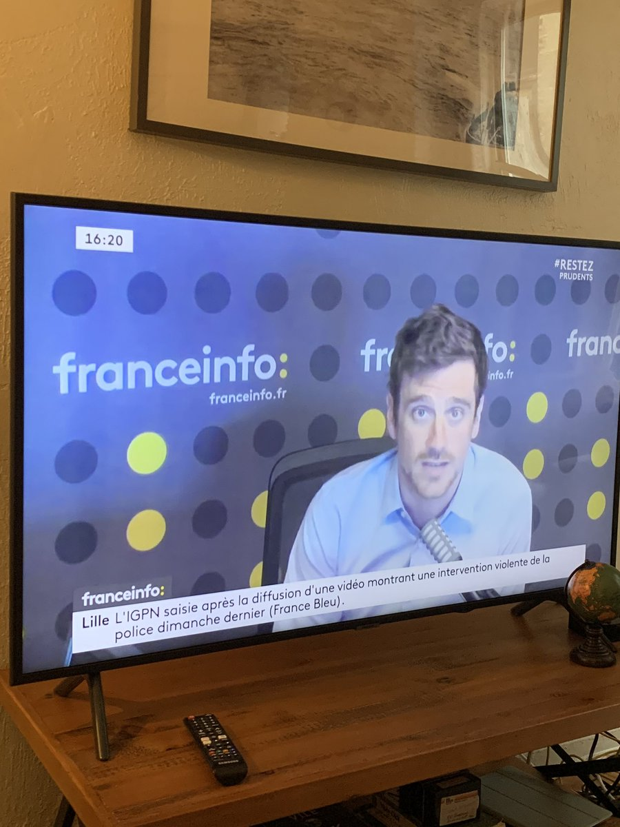 I see you, handsome @franceinfo anchor <br>http://pic.twitter.com/Je60AcnHss