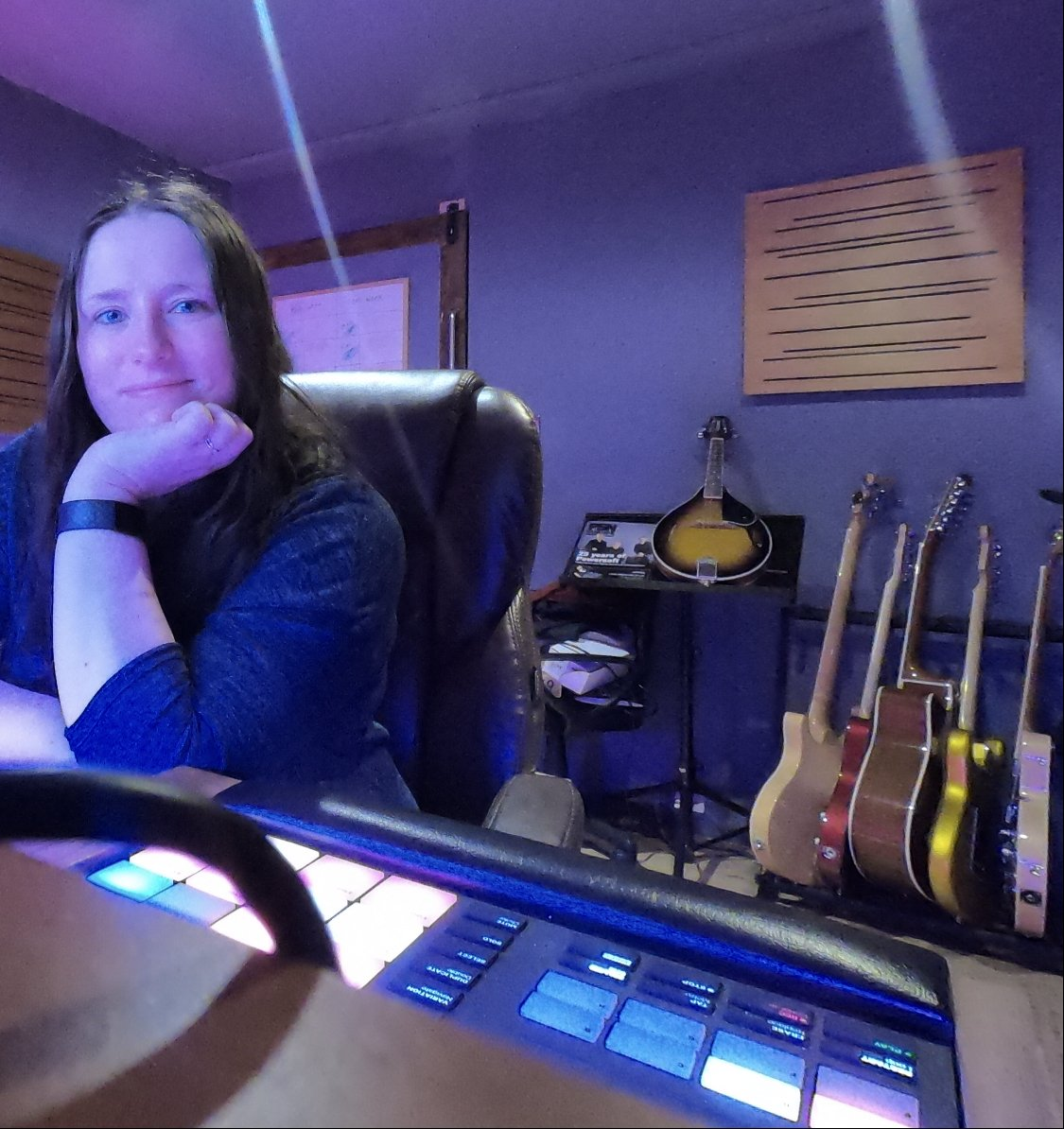 Weekends don't exist when you're a producer. Here's me in the studio today. Wouldn't want to be anywhere else! #producerlife #musicproducer #femaleproducer #womeninmusic #womeninaudio #Producer #recordingstudio #studiolife #studiopic.twitter.com/5amnROygY1