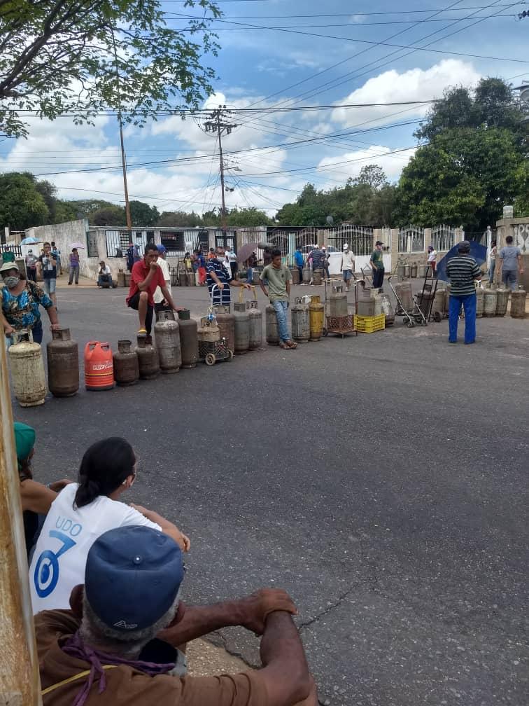 """#23Mayo / A esta hora habitantes de todos los sectores de """"El Perú"""" están desde temprano protestando por la falta de agua en sus hogares y de gas doméstico. Llevan sin estos suministros más de 4 meses y siguen sin respuesta. / #CiudadBolívar pic.twitter.com/W08J84Ee63"""