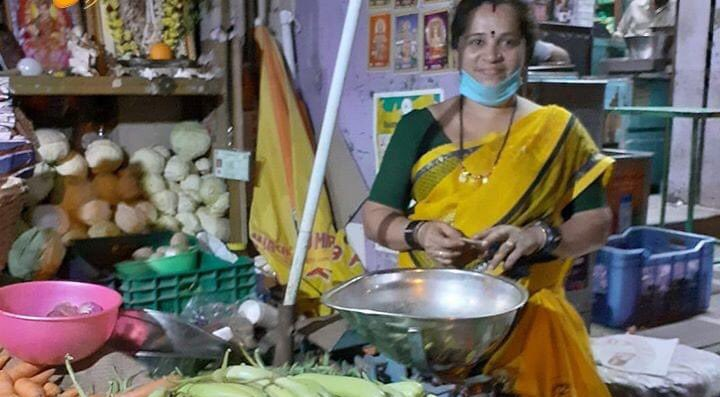 Mamata, a vegetable vendor in Bengaluru 's Rajajinagar provides free vegetables to construction workers and Community kitchens. Respect 🙏🏼 https://t.co/mgf9D0pFAf