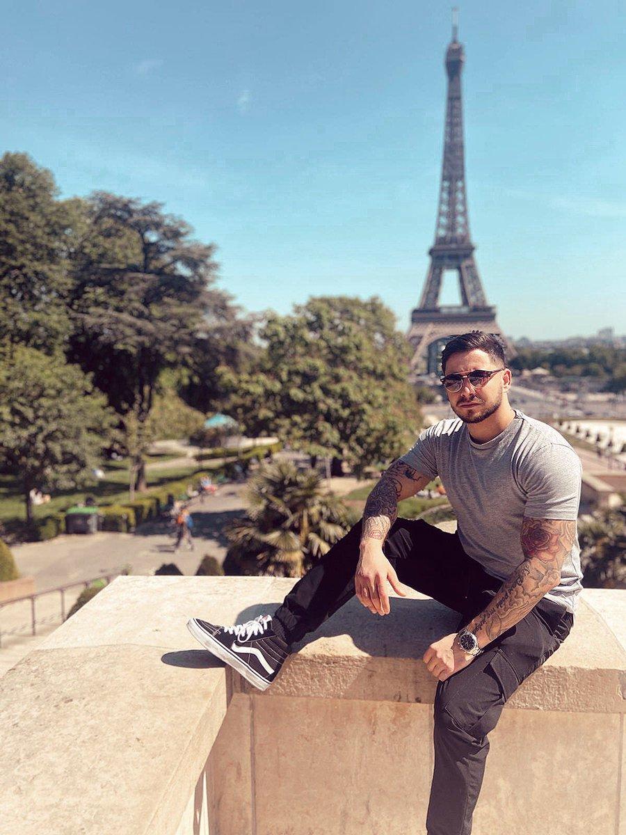 MOOD OF THE DAY  ------------------------------------- #paris #parisian #toureiffel #france #moodoftheday #goodday #sunglasses #vans #sun #pictureoftheday #fit #fitnessboy pic.twitter.com/GSzNu44aKk