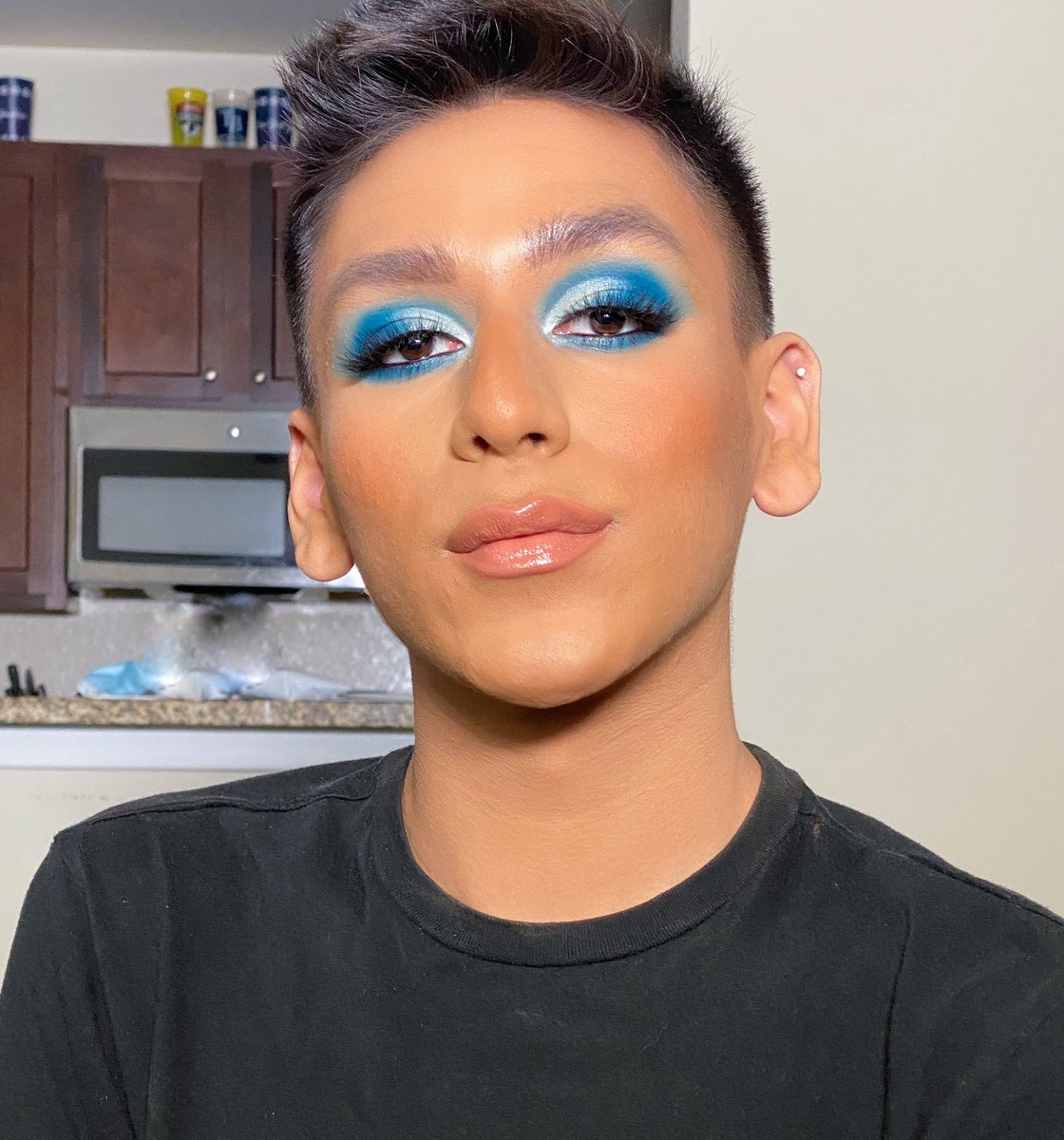 BLUE TIME this makeup is one of my favorites !!  I was using some of my favorite products Foundation Natural radiant @NARSCosmetics Bronzer: Versatile matte @OFRACosmetics Blush: Seclusion @AlamarCosmetics Eyeshadows: Carnival palette Xl @bperfectcosm  #Bluemakeup pic.twitter.com/eMe9ERXzMy