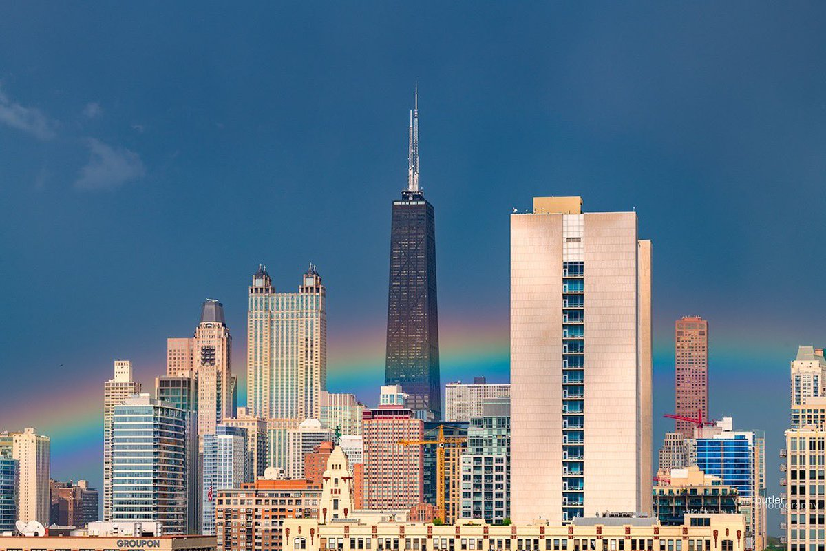 Our afternoon storm ends with low hanging rainbow behind Chicago's Hancock Center. #weather #news #ilwx #chicago pic.twitter.com/zFWswL9MTZ