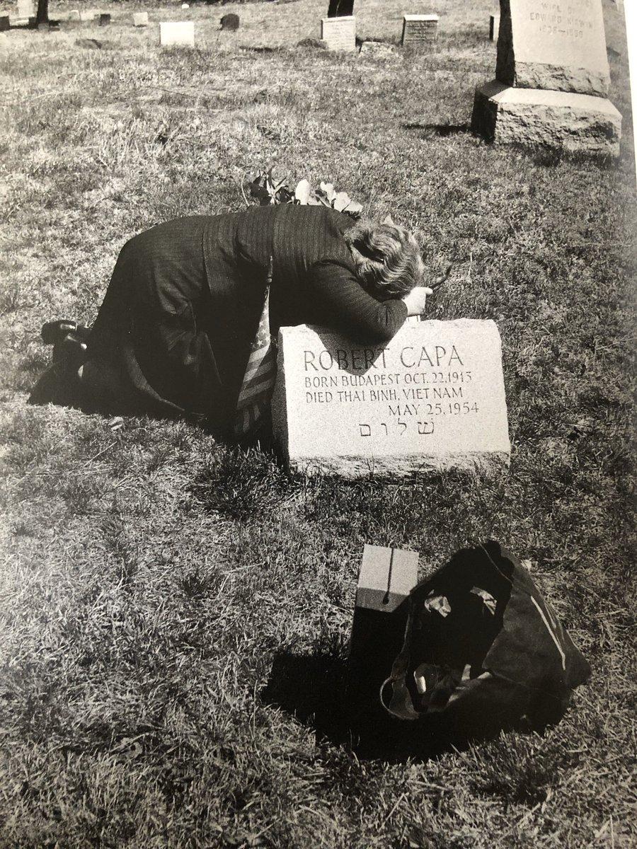 """Robert Capas Mutter am Grab ihres Sohnes. (Gefunden beim Blättern durch Elliot Erwitts Fotobuch """"Snaps"""")."""