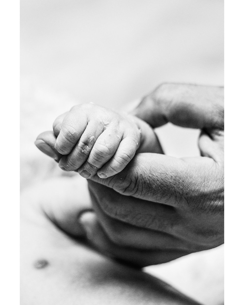 Padre, el que sostiene desde el primer encuentro...  . Modelo: @deikun_aigaek @nandorc80 . #bwphotography #newbornphotography #maternityphotography #portrait #artphotography #photographylovers #limigomez #photographers #art #artofportraitpic.twitter.com/S3fWAeM7iB