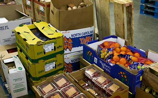 If you or someone you know is struggling with food access during this #COVID19 pandemic, check out our food resources map. We have information on soup kitchens, food pantries, and adult and youth meal sites across the City of Boston: http://boston.gov/covid19-food-map…pic.twitter.com/ov19g8nkhK