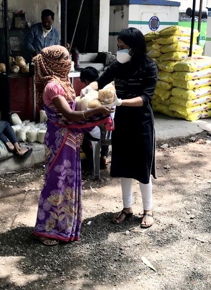 Zoya Charitable Trust distributed dry ration to Widows & house helps in #Pune who are out of work for the last two months. pic.twitter.com/yHrCGOWlup