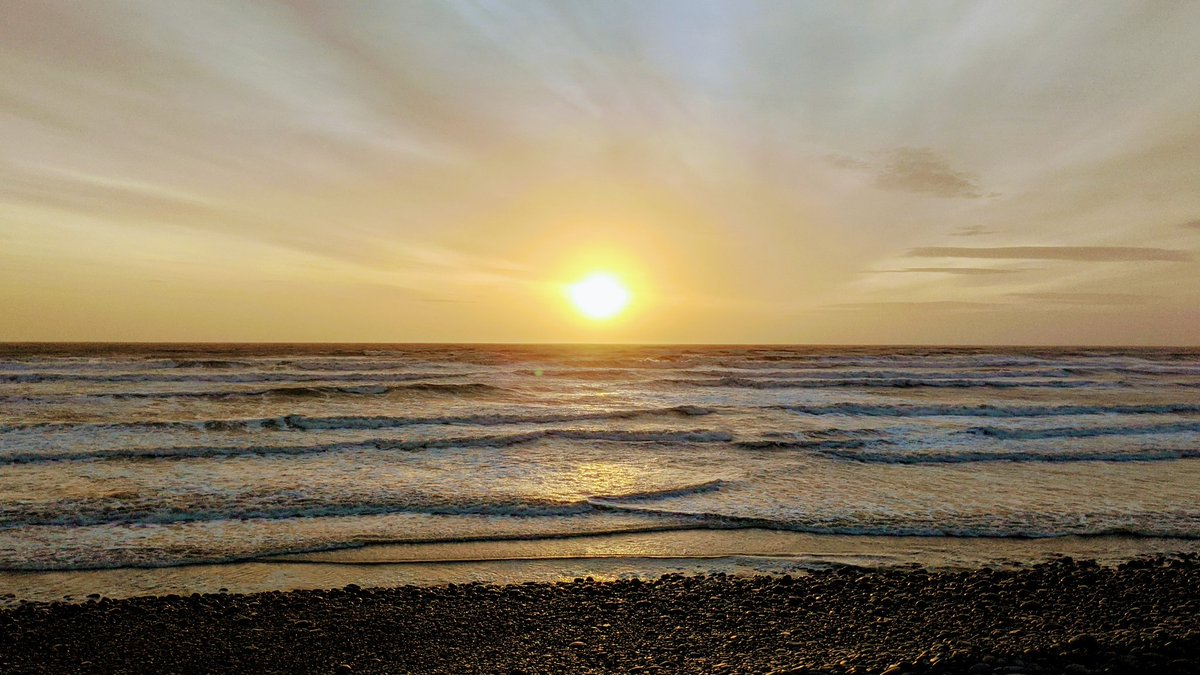 I'm currently watching this awesome sunset at Westward Ho! beach. #sunset #StormHour #ThePhotoHour #sunsetphotography #WestwardHo #NorthDevonpic.twitter.com/JDq84t0nHr