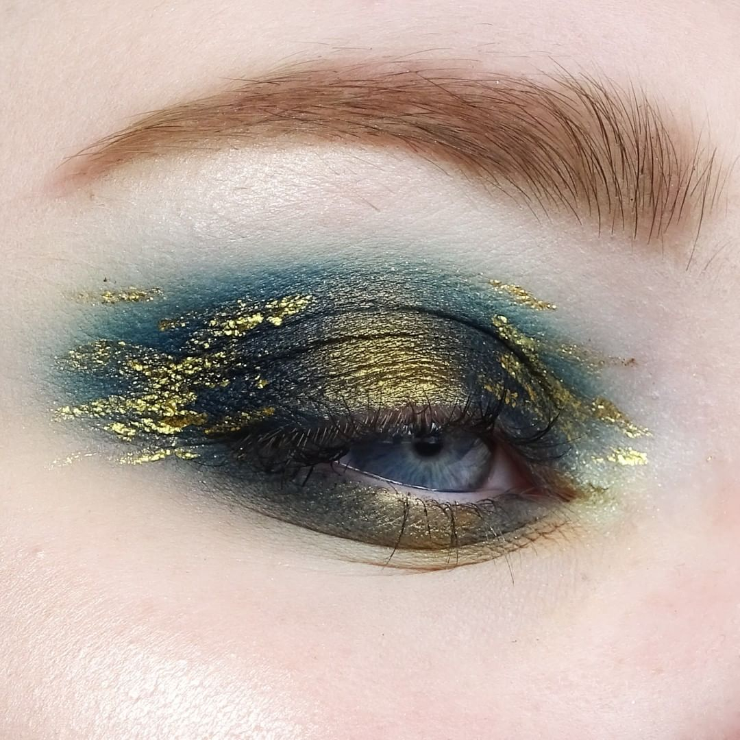 Who else thinks this look belongs in a museum?  . . @makeup.maaike uses our Liquid Eyeliner in 'Chrome Liquid Gold' . . . #LACOLORSCosmetics #LACOLORS #IMakeup #Affordable #CrueltyFree #AffordableMakeup #ColorfulMakeup #Pigmented #MakeupGoalspic.twitter.com/4sAh2AWAmt
