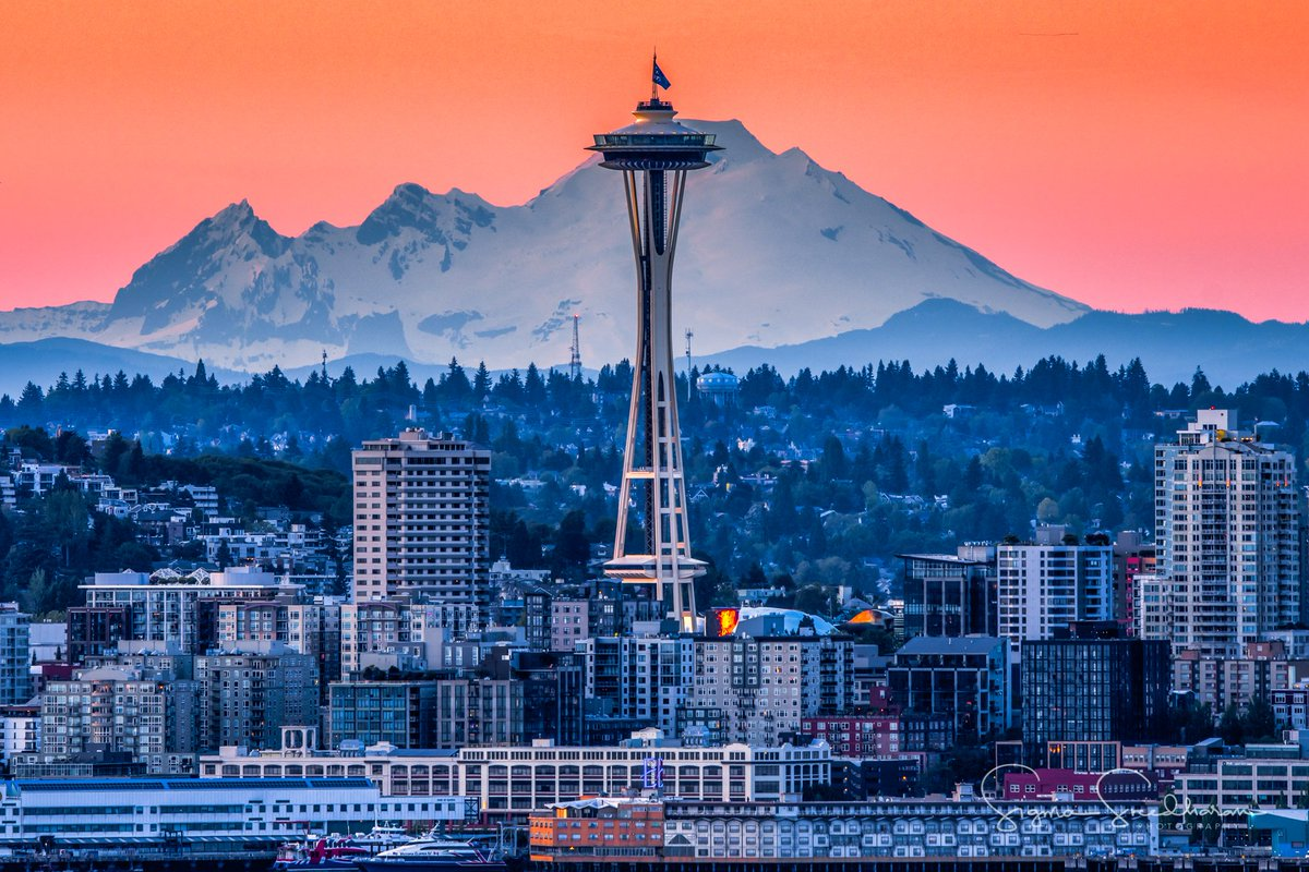 Space Needle and Mount Baker on a clear #Seattle evening last weekend. pic.twitter.com/BHA0XDBQDE
