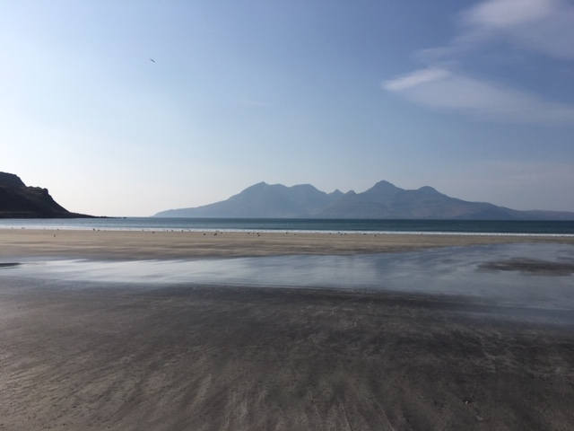 Today's #Beach shot! It's a while since we've had one from #Eigg, so here it is on a perfect Hebridean afternoon!pic.twitter.com/bSMhmCR5Xr