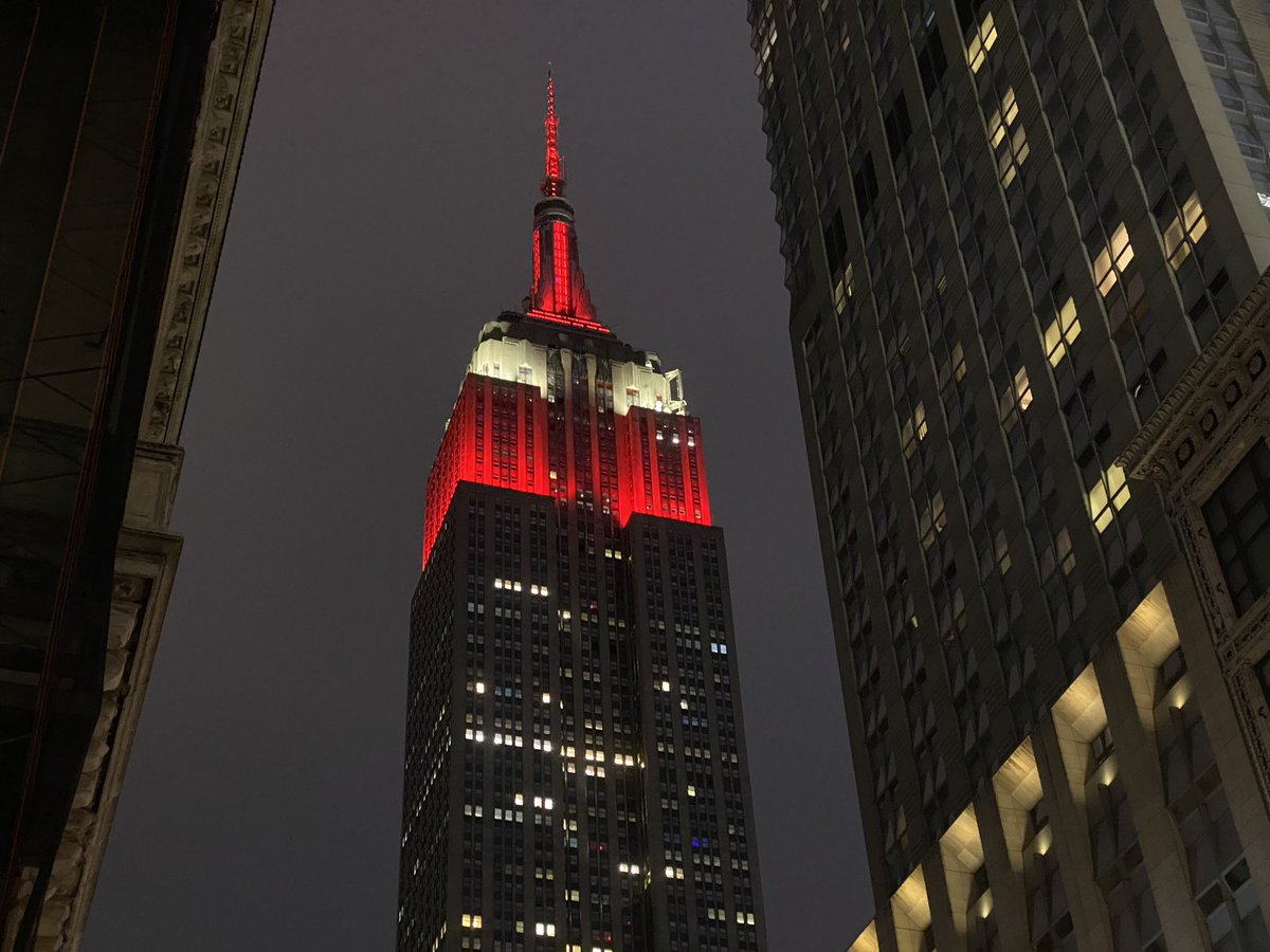 NYC, check it out! Right now the iconic @EmpireStateBldg is lit up with red and white to celebrate #NYPL125!pic.twitter.com/WKpqoPburJ