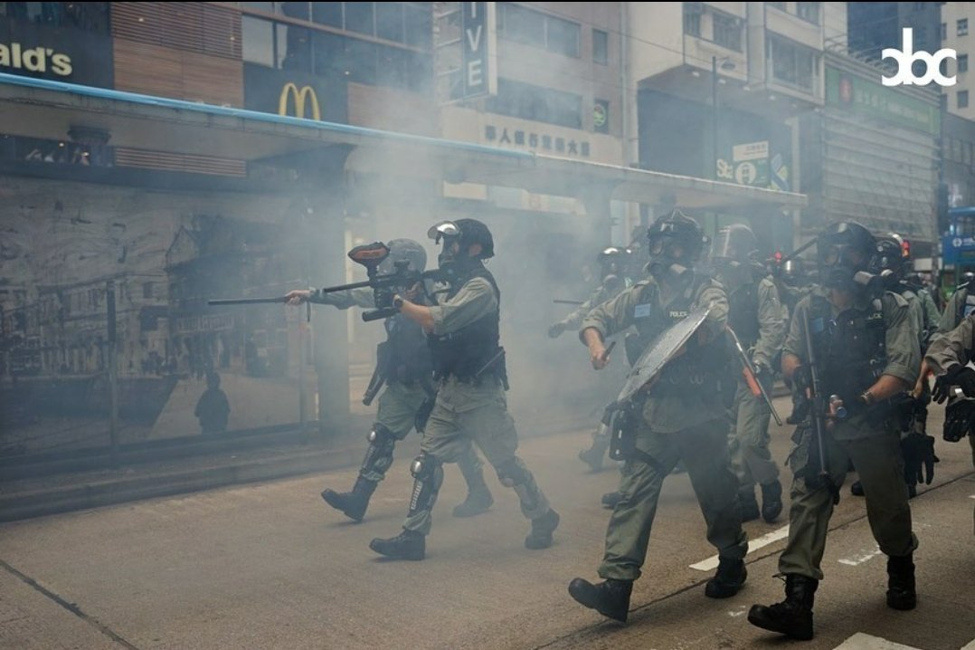 How many weapons can u see in one picture?  #Teargas #PepperRounds #PlasticRounds #Baton #HKPoliceState #HKPoliceTerrorists #hkpolice #Soshk #StandWithHongKong @SolomonYue @lukedepulford @benedictrogers @HawleyMO #黑警 #警暴 #香港 #反國安法pic.twitter.com/5EAJQl02De