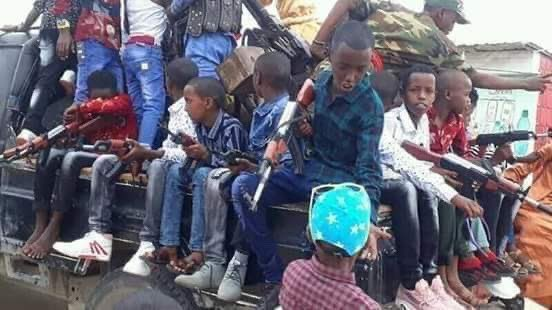 This is Somalia on #Eid #Day! This is so SAD! Glorification of  Warlordism and Terrorism at such tender age. Then we wonder what wrong with our people! pic.twitter.com/LgmSYDXfmk