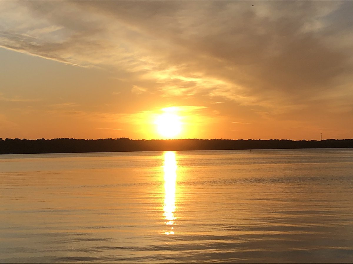 Lake Couchiching sunset - life is great! #orillia #sunsetlover #lakecountry pic.twitter.com/i1q5F7Yim6