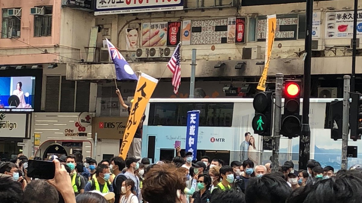 (12:52) The US flag and colonial HK flag being raised outside SOGO. #HongKongProstests https://t.co/bLQNMYs0gm