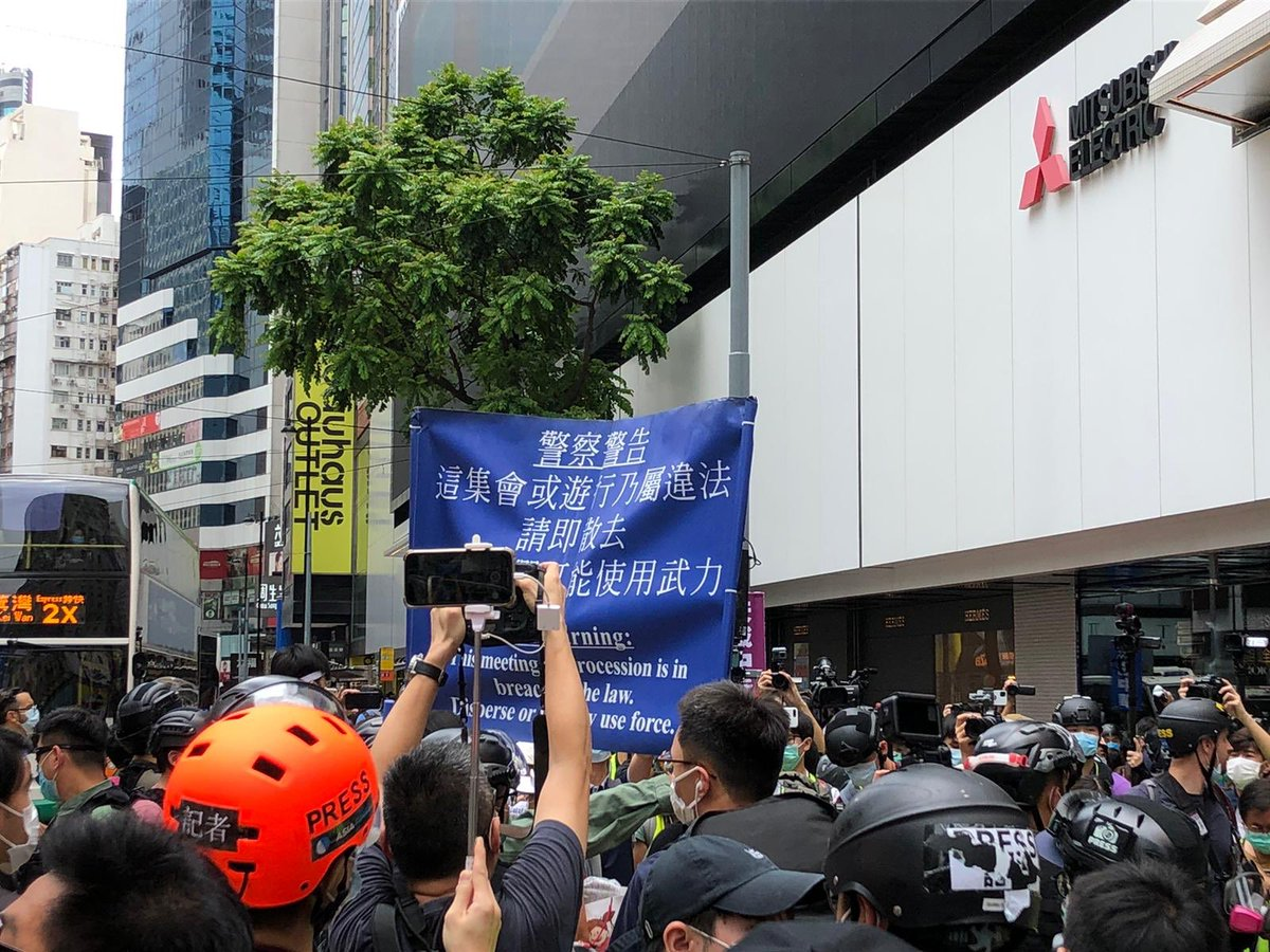 (13:00) The police raised the blue warning, declared the meeting illegal, and asked the participants to disperse immediately. #HongKongProtests https://t.co/SP9MzcFM7E