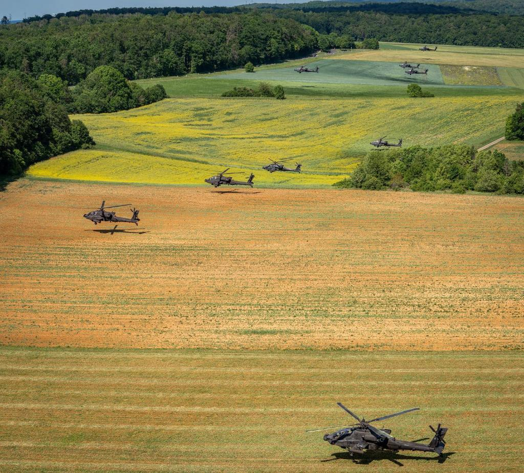 #USArmy 12th Combat Aviation Brigade conducts training flights of 18 AH-64 Apache attack helicopters   #StrongEurope #NATO #AH64 #Apache #Helicoptet https://t.co/k4ptOxHCyP