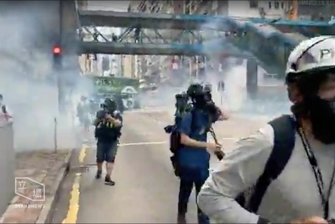 #Teargas strategy has once again been used by #hkpolice to suppress #hkprotesters. #HKPoliceState #HKPoliceTerrorists #Soshk #StandWithHongKong @SolomonYue @lukedepulford @benedictrogers @HawleyMO #黑警 #警暴 #香港pic.twitter.com/21E43GrTyk