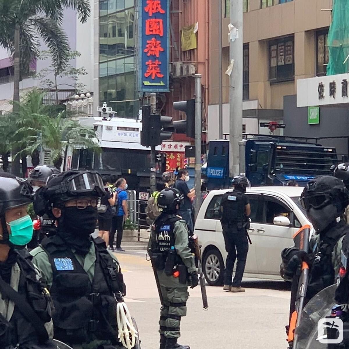 Armored vehicle and water cannon truck have arrived at #WanChai. As if #hkprotesters were real terrorists. #hkpolice #HKPoliceState #HKPoliceTerrorists #Soshk #Standwithhongkong @SolomonYue @lukedepulford  @benedictrogers @HawleyMO #黑警 #警暴pic.twitter.com/XWz5NAkFeJ
