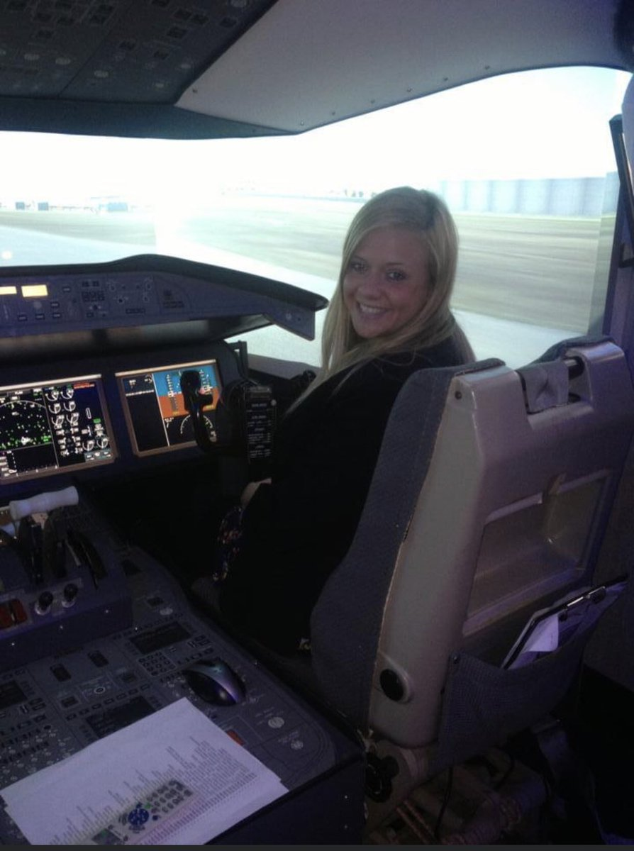 Throwback to my second week at BA, 2013. I got to take the B787 out for a spin...albeit a sim, but it was still awesome! #avgeek #boeing #787 pic.twitter.com/kkI0Tu5lZ8