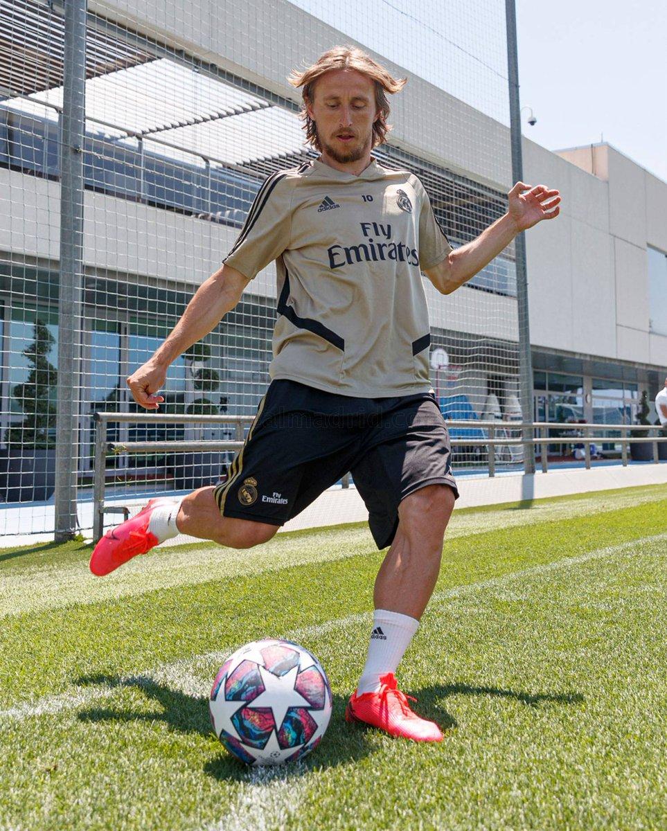 Ramos y Modric recordando el córner de la Décima. 🔥