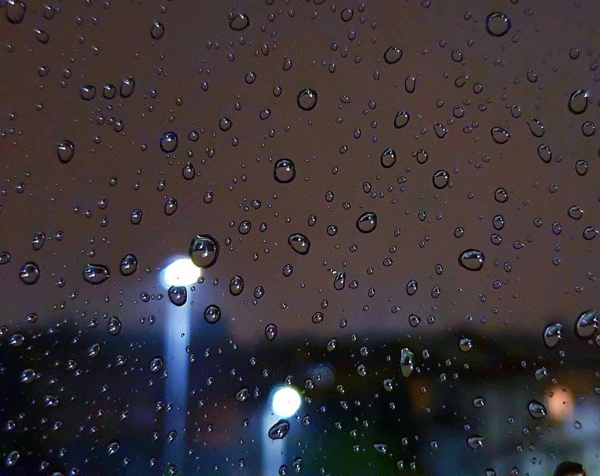 Ogni goccia un tizzone che nella notte brilla dona luce il lampione per diventare una stella  Andrà tutto bene #fermiamoloInsieme   #ConUnaFoto @CasaLettori #scritturebrevi  #istantaneeDa Casa mia #inLombardia  #BellezzaADomicilio pic.twitter.com/v6PAHmSCah