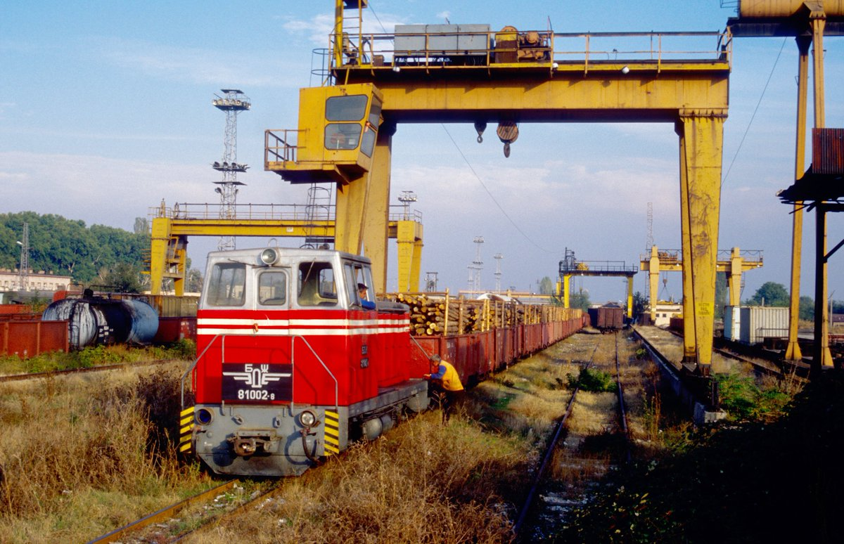 Kambarka diesel locomotive TU7E (БЖД 81.002-8) with a freight train at Septemvri, Родопската теснолинейка in #Bulgaria, 17.10.2002. Photo: Paul Engelbert. #narrowgauge #train #schmalspurbahn #kisvasút #transport #eisenbahn #railroad #railway #bahn #ужд #узкоколейка #BZD #БЖД #ТУ7pic.twitter.com/ggHeF2Do9I