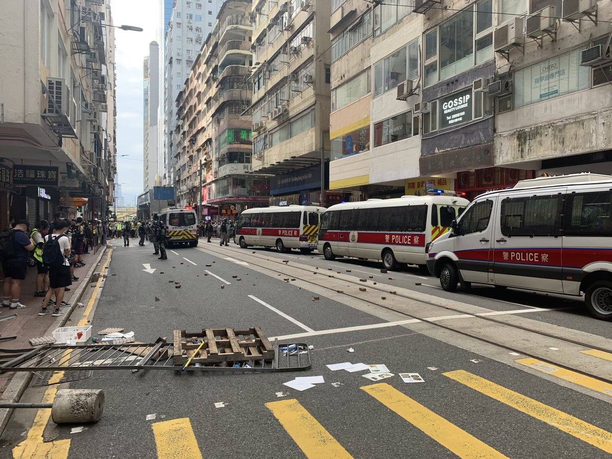 #jamespomfret #HONG_KONG Now: Percival street blocked off. Hundreds of protesters clustering around Times Square #HongKongProtestspic.twitter.com/pYNGfKmnMN