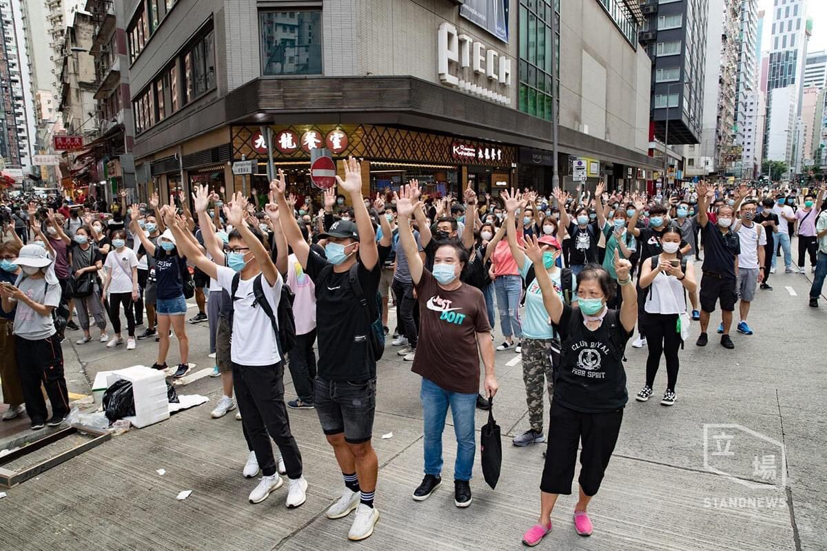 After rounds of dispersal by tear gas and water canon, #HongKongProtesters still show great resilience and no sign of backing off. #YouCantStopUs, the proud #HongKongers  , from fighting for freedom!pic.twitter.com/P9AElbkiNe