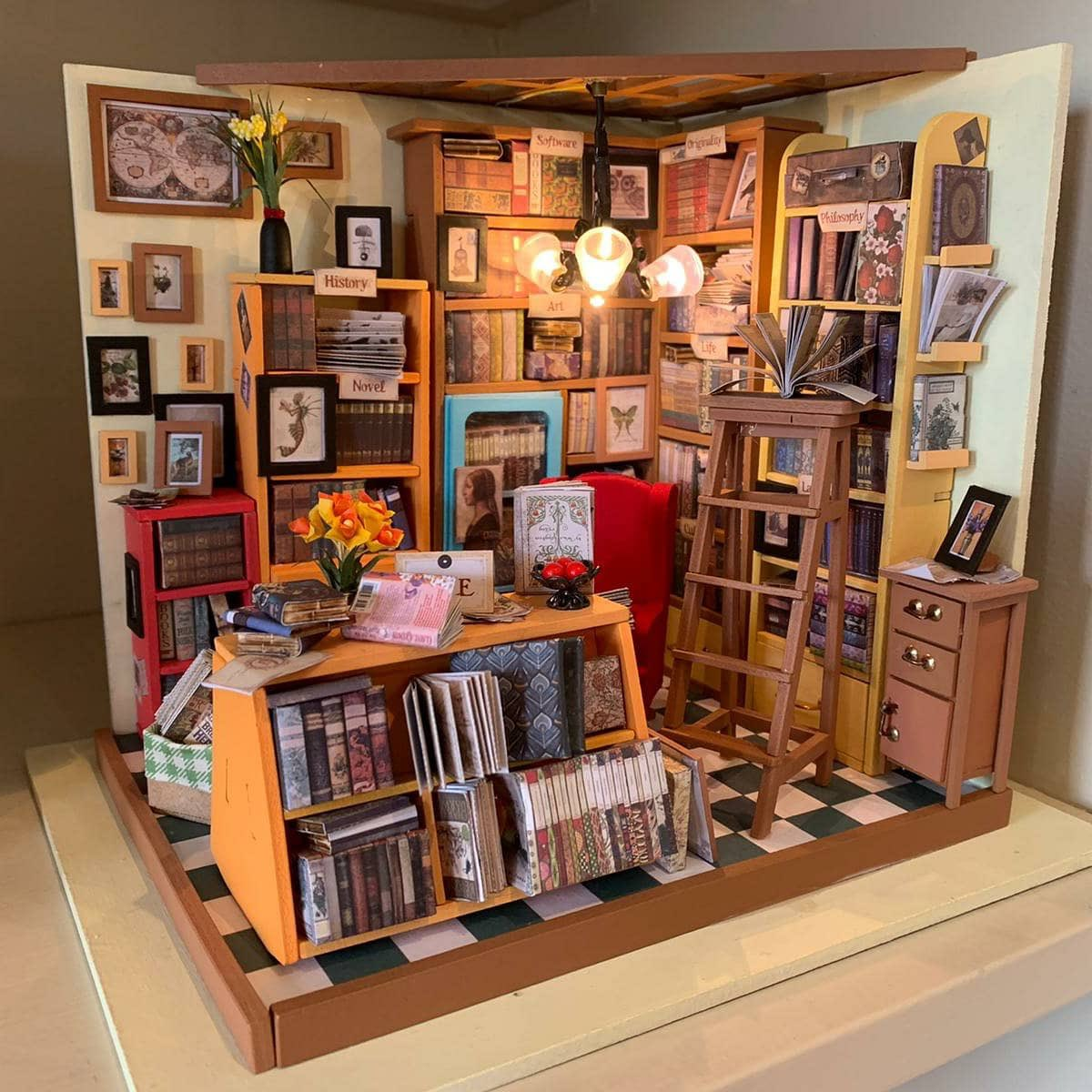 And it's finished! My very own miniature bookshop. A real labour of love.   #crafting #miniature #books #bookshoppic.twitter.com/XRXbgMlAiD