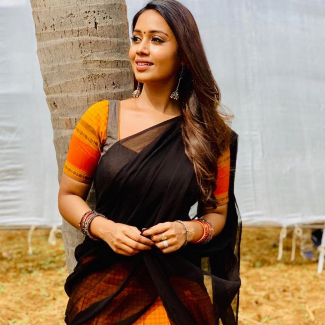 #NivethaPethuraj from #SangaThamizhan Set #throwback @Nivetha_Tweets #ActressLife #traditionalart #sundayvibes #Vijaysethupathipic.twitter.com/yFHEf7tCDy