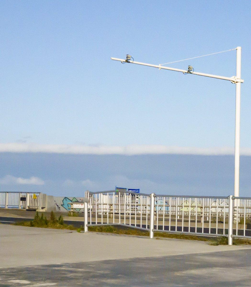 津波のような雲。 壁のようになってた。 #写真好きな人と繋がりたい #ふぉと #湘南 #地元 #雲 #青空pic.twitter.com/GTW0XhvaNM