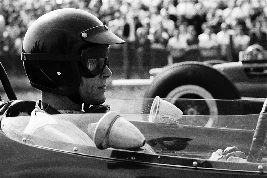 #OnThisDay in '64 Clark (Lotus) won the #DutchGP. Pic: wonderful Schlegelmilch shot showing pole man Gurney (Brabham) before the start. Sadly, Gurney DNF'd after 23 laps with steering wheel failure (its spokes were cracked at the hub, according to Jenks' report). But what a pic! https://t.co/sWZYpj81Lc