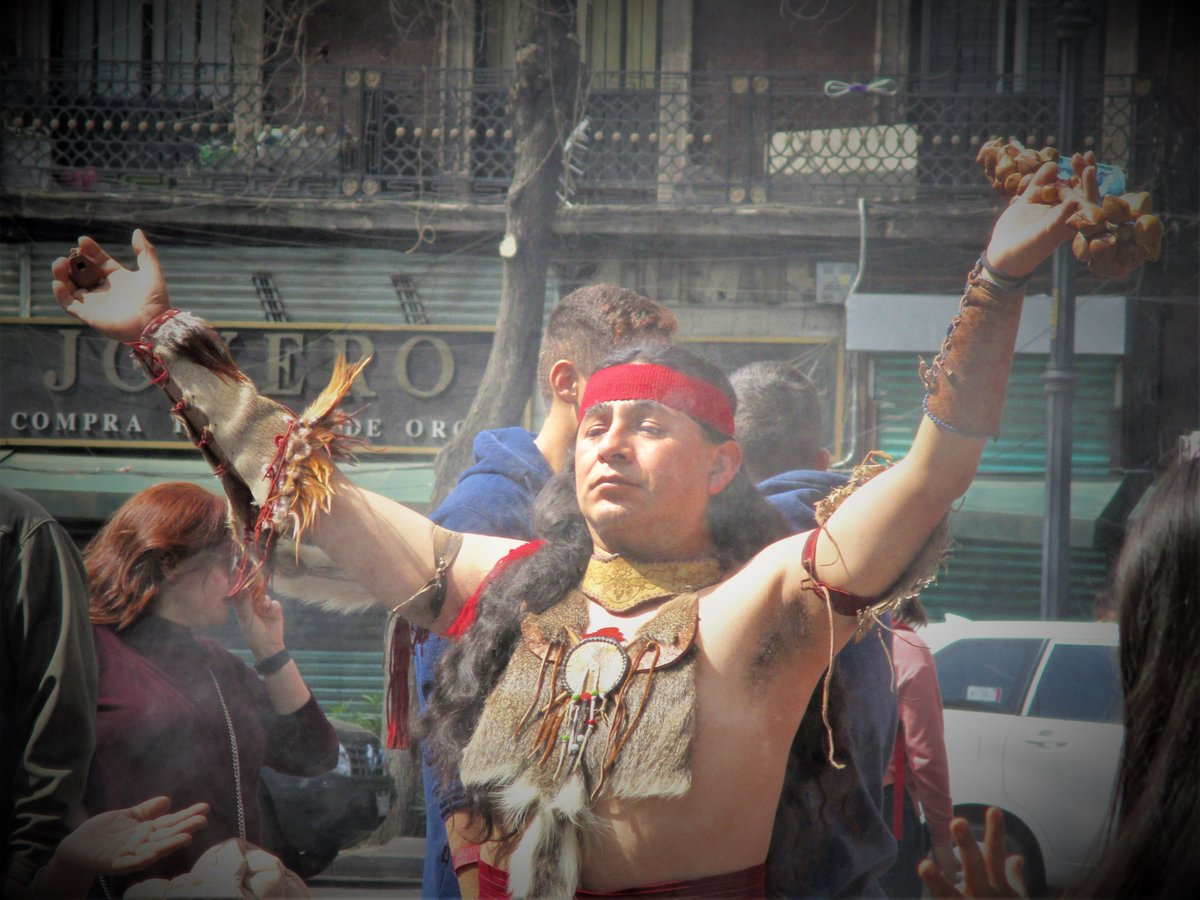 Shaman in the zocalo #MexicoCity taking part in spiritual cleansing ceremonies pic.twitter.com/OKEoHybWw5